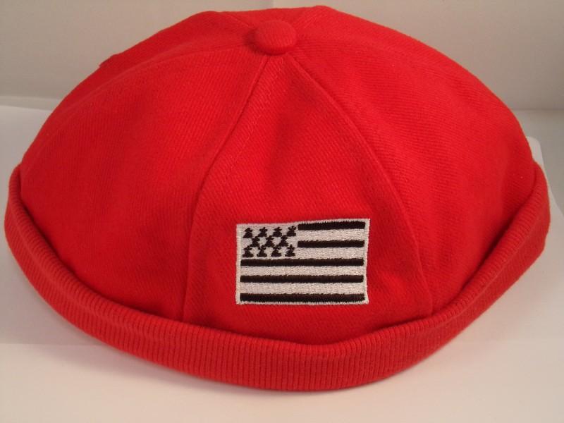 Bonnet breton avec drapeau Breton · Bonnet rouge breton avec drapeau Breton